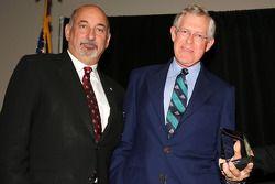 Miles Collier ontvangt de Bob Akin award van Bobby Rahal