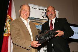 Peter Brock krijgt de Phil Hill award van Bobby Rahal