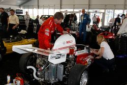 Mechaniker bereiten die Formula Vees vor