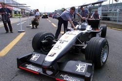 Equipo McLaren descarga