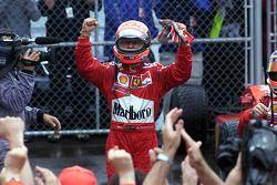 Il vincitore della gara Michael Schumacher festeggia