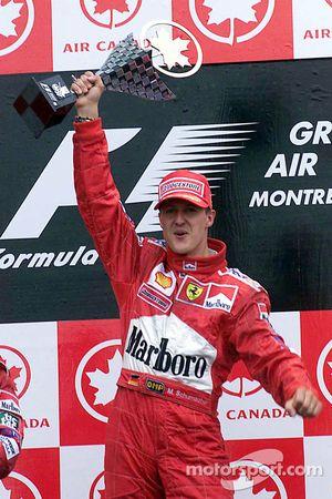 Podio: il vincitore della gara Michael Schumacher