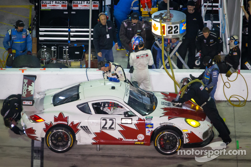Pitstop voor #22 Bullet Racing Porsche Cayman: James Clay, Darryl O'Young, Daniel Rogers, Seth Thoma