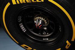 McLaren MP4-28 wheel nut detay