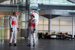 Jenson Button, McLaren takım arkadaşı Sergio Perez, McLaren