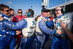Scott Pruett e Chip Ganassi Racing com Felix Sabates membros da equipe comemoram vitória