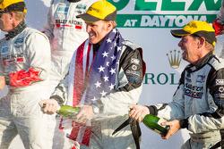 GX podio: champanhe para Shane Lewis e Jim Norman