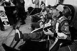 Justin Wilson, John Pew e Justin Wilson e Oswaldo Negri assiste o A.J. Allmendinger pega a pela lide