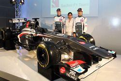 Nico Hülkenberg mit dem neuen Sauber C32, Monisha Kaltenborn, Sauber Teamchefin und Teamkollege Este