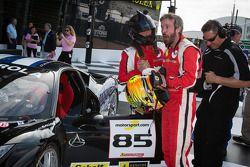 O vencedor #85 Auto Gallery Ferrari 458: John Farano comemora com #27 Ferrari de Houston Ferrari 458