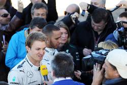 Nico Rosberg und Lewis Hamilton mit der Presse