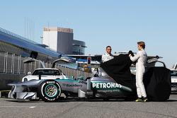 Lewis Hamilton und Nico Rosberg enthüllen den Mercedes AMG F1 W04