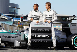 Lewis Hamilton und Nico Rosberg mit dem Mercedes AMG F1 W04