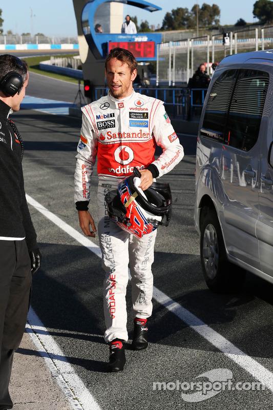 Jenson Button, McLaren retorna para o pit depois de parar no circuito