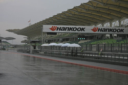 La voie des stands est humide