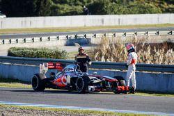 Jenson Button, en su McLaren MP4-28 se detiene en el circuito