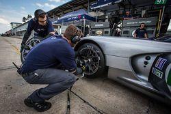 SRT Motorsports membros da equipe em ação