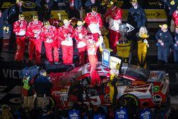 Victory lane: racewinnaar Kevin Harvick, Richard Childress Racing Chevrolet viert het resultaat