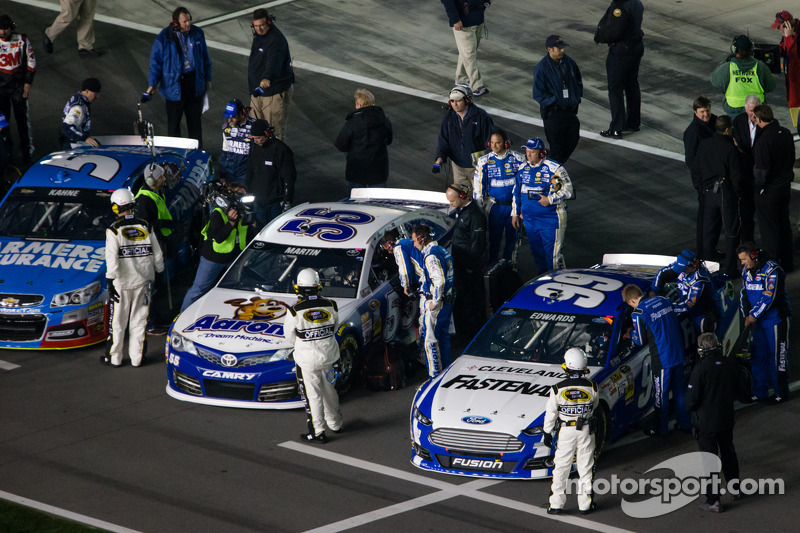 Carl Edwards, Roush Fenway Racing Ford en Mark Martin, Michael Waltrip Racing Toyota op de startopstelling