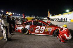 Winnende auto van Kevin Harvick, Richard Childress Racing Chevrolet bij de keuring na de race