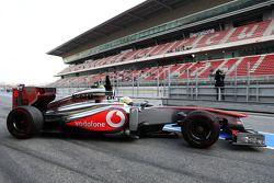 Sergio Pérez, McLaren MP4-28 deja los pits