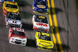 Kevin Harvick, Richard Childress Racing Chevrolet y Matt Kenseth Joe Gibbs Racing Toyota batalla por
