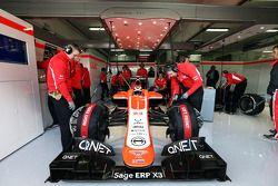 Max Chilton, Marussia F1 Team MR02 en los pits