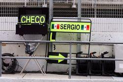 Pit board firmado por Sergio Pérez, McLaren