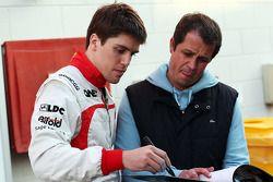 Luiz Razia, Marussia F1 Team firma autógrafos para los aficionados