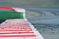 Stukjes rubber op het circuit