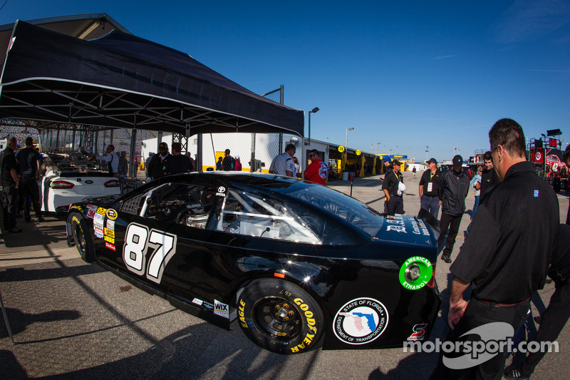 De auto van Joe Nemechek, NEMCO Motorsports Toyota bij de technische keuring