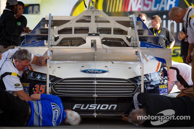 De auto van Josh Wise, Front Row Motorsports Ford bij de technische keuring