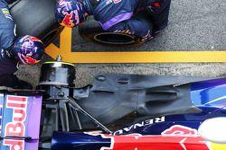 Red Bull Racing en práctica de parada de pits / Detalle del escape y suspensión trasera del Red Bull