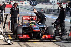 Sergio Pérez, McLaren MP4-28 mira su sistema de iluminación de la parada en boxes