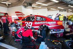 Les mécaniciens Stewart-Haas Racing Chevrolet travaillent sur la voiture de Ryan Newman