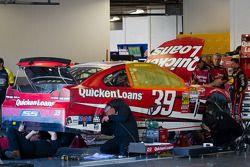 Des mécaniciens Stewart-Haas Racing Chevrolet