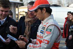 Sergio Pérez, McLaren firma de autógrafos para los fans