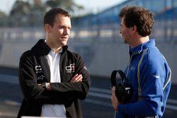 Leon Price, GP3 Head of operations praat met Trevor Carlin, Carlin Teambaas