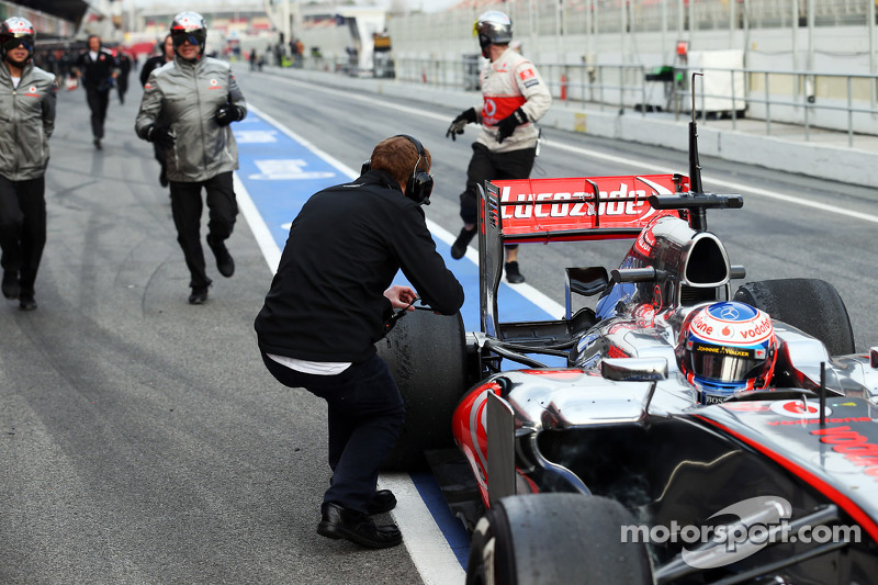 Mooie kans voor een foto nadat Jenson Button, McLaren MP4-28 stopt in de pits