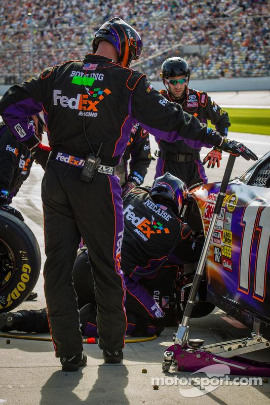 Denny Hamlin, Joe Gibbs Racing Toyota, nos boxes com danos