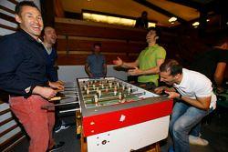 Tom Kristensen, Jamie Green, Marco Bonanomi e Marc Gene play foosball