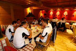 Pilotos e membros da equipe em jantar