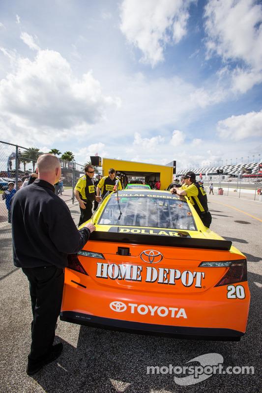 Carro de Matt Kenseth, Joe Gibbs Racing Toyota, na inspeção técnica
