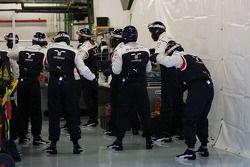 Williams monteurs warmen zich op voor de pitstoptraining