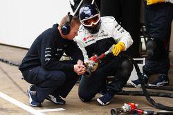 Williams mechanic ve pit stop air guns