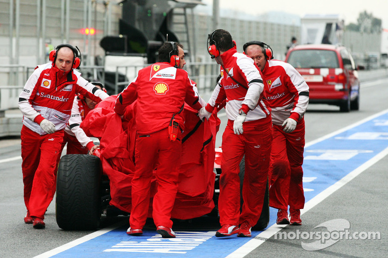 Felipe Massa, Ferrari F138 is recovered after stopping in the pits