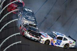 Choque en la última vuelta: Brad Keselowski, Kyle Larson, Brian Scott chocan