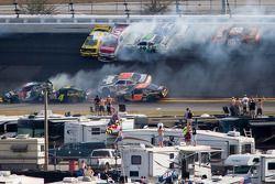 Choque en la vuelta 115: Austin Dillon, Michael Annett, Kasey Kahne, Danny Efland, Johanna Long, Hal