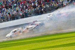 Acidente na última volta: Alex Bowman e Eric McClure acidente com vários outros