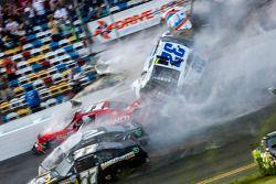 Choque en la última vuelta: Kyle Larson, Parker Kligerman, Justin Allgaier, Dale Earnhardt Jr. y Bri